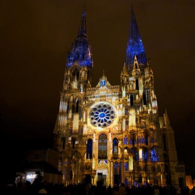 Chartres en lumieres portail royal l orgue dore bis copyright spectaculaires les allumeurs d images photo m anglada