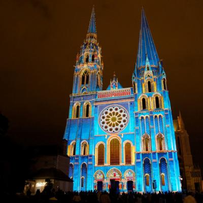 Chartres en lumieres portail royal la cathedrale bleue copyrights spectaculaires les allumeurs d images photo m anglada